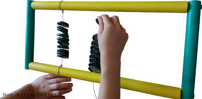 Enfiler les capsules du chocalho instrument brésilien
